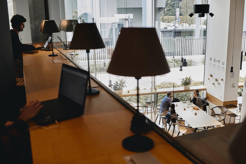 Reportage aziendale corporate real esteate milano da fotografo di interni immobiliare con foto di architettura a milano e fotografia urbana con gente e non in posa stile reportage.
