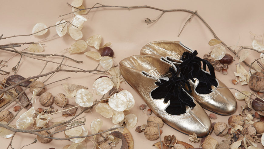 Fotografo pubblicitario per advertising moda fashion donna con calzature e scarpe moda 2019 e fotografo di moda scarpe eleganti con pelle e tessuto in ritratto in studio glamour e fashion con modelle di colore.