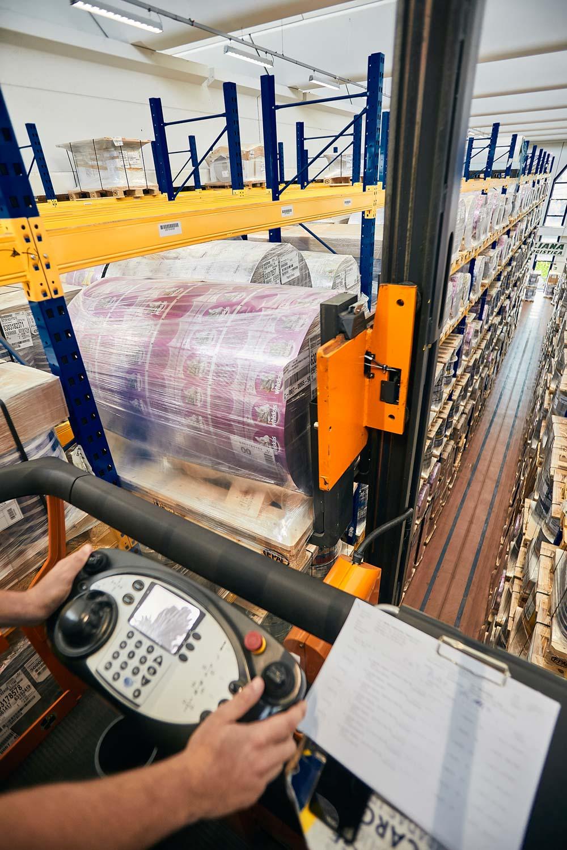 Fotografo trasporti industriali movimento merci camion e fotogafo commerciale aziendale per agenzia di comunicazione con foto per brochure e sito internet