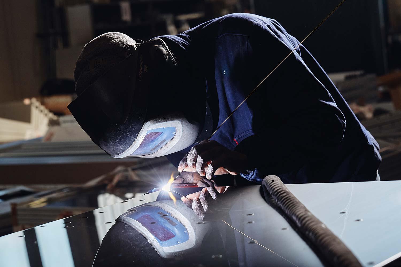 Fotografo commerciale Vicenza Treviso e Venezia con reportage lavori meccanici metalmeccanici produzione industriale per brochure cataloghi e comunicazione aziendale da agenzia di comunicazione Milano con fotografo industriale.