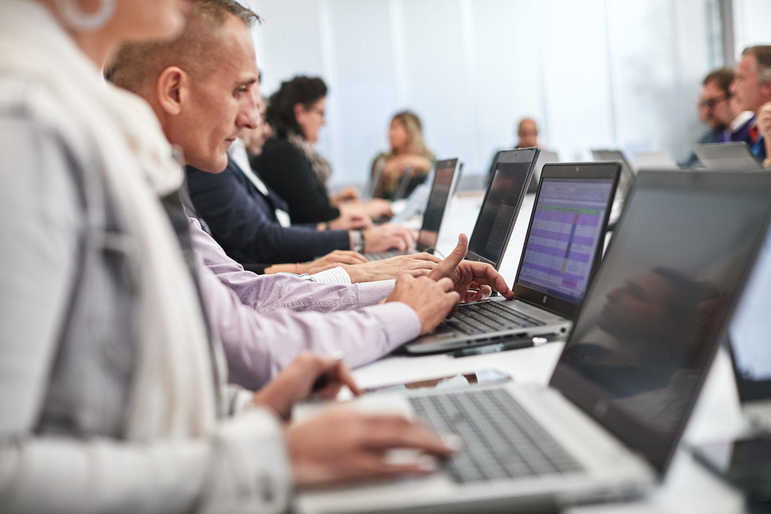 Immagini corporate aiendali riunione operativa